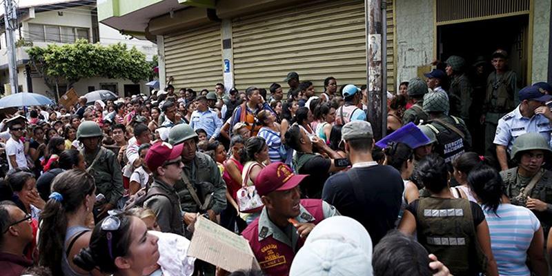 Las colas para poder adquirir alimentos básicos se ha instalado en la rutina de Venezuela, que sufre un severo desabastecimiento. / REUTERS