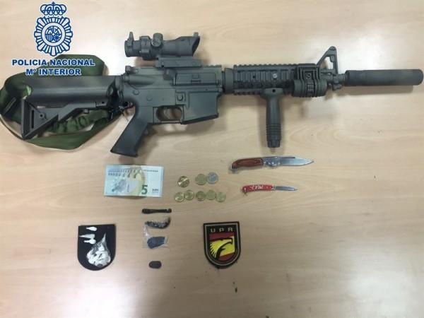 Arma, drogas y material incautado al detenido. | DA
