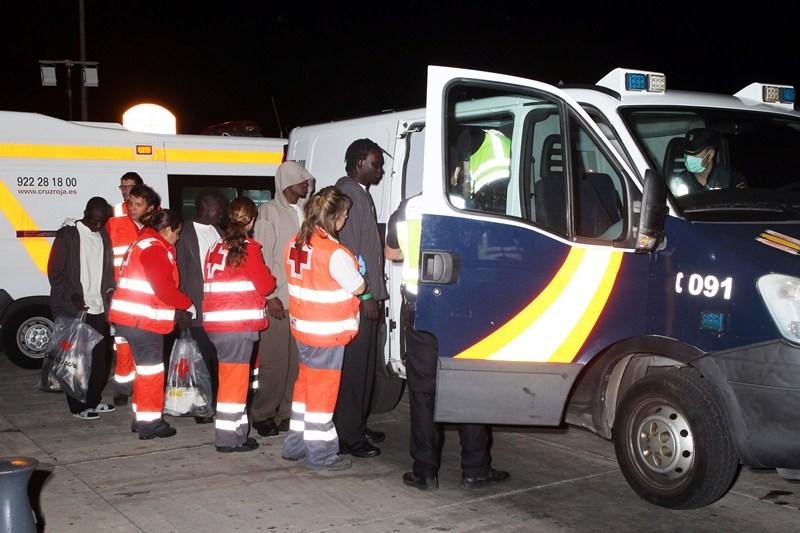 La última patera detectada arribó al sur de Tenerife la noche del lunes, y en ella viajaban 18 personas de origen gambiano. / GERARD ZENOU