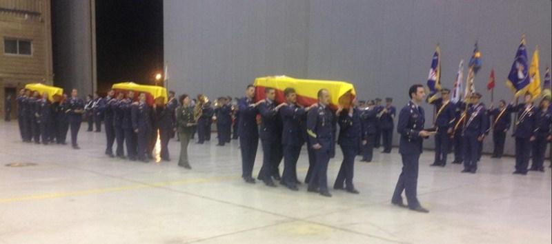 Imágenes del funeral en la Base Aérea de Gando  por los tres compañeros fallecidos en el accidente helicóptero. / Twitter @DefensaGob