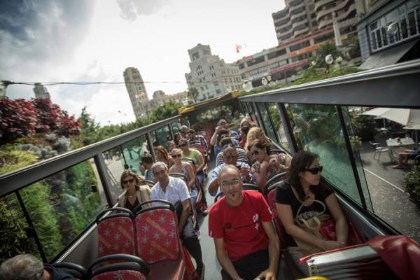 La guagua turística recorre la ciudad a través de 13 paradas, distribuidas por distintas zonas de la ciudad, para finalizar en el Palmetum. | A. G.