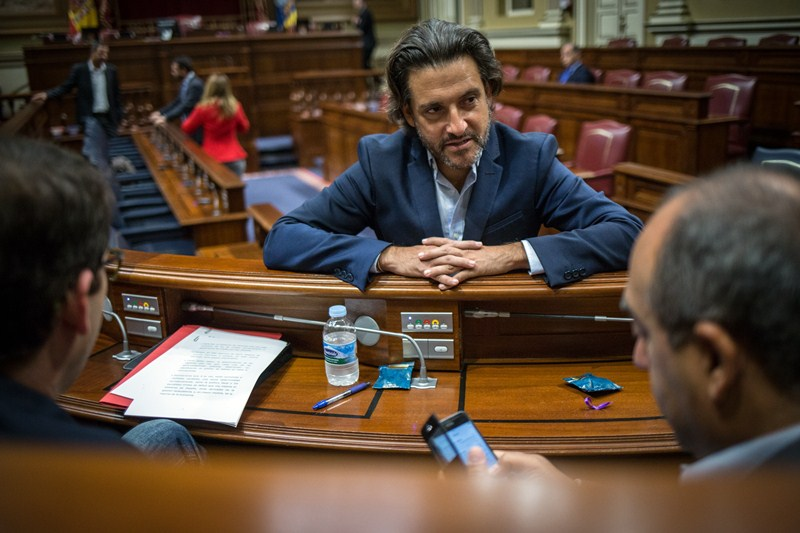El diputado del PSOE Gustavo Matos, durante el pleno del Parlamento celebrado ayer. / ANDRÉS GUTIÉRREZ