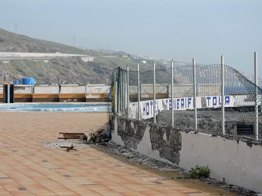 El hotel Tenerife Tour           y sus piscinas se encuentra en un estado de total abandono desde hace más de cuatro años. | NORCHI