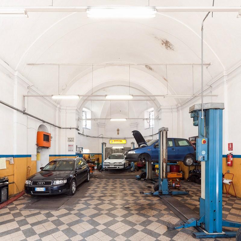Una iglesia convertida en taller de vehículos, una de las imágenes llamativas de la exposición. /  DA