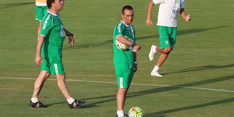 Oltra, en un entrenamiento con el Córdoba. / DA