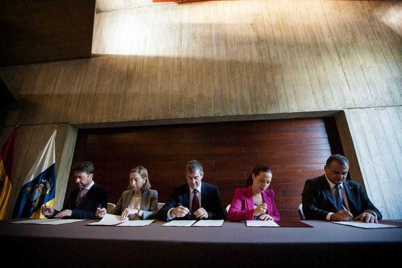 Carlos Alonso, Ana Pastor, Fernando Clavijo, Patricia Hernández y José Alberto Díaz firmaron ayer el convenio. / ANDRÉS GUTIÉRREZ