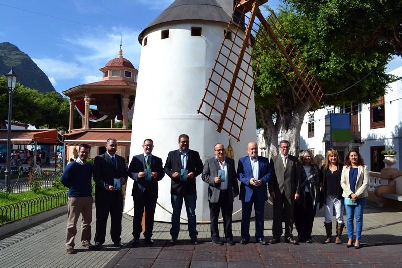 Autoridades y organizadores presentaron ayer la XX edición, junto a un molino de viento en la plaza. / DA