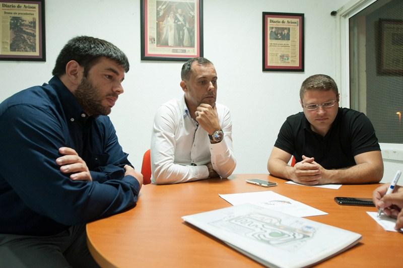 De izquierda a derecha, Armiche Armas, Carlos Puig -gerente de Evanya Sport Team- y José Miguel Cabrera. / FRAN PALLERO
