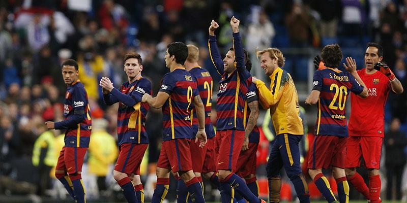 El FC Barcelona, celebrando su victoria ante el eterno rival. / REUTERS