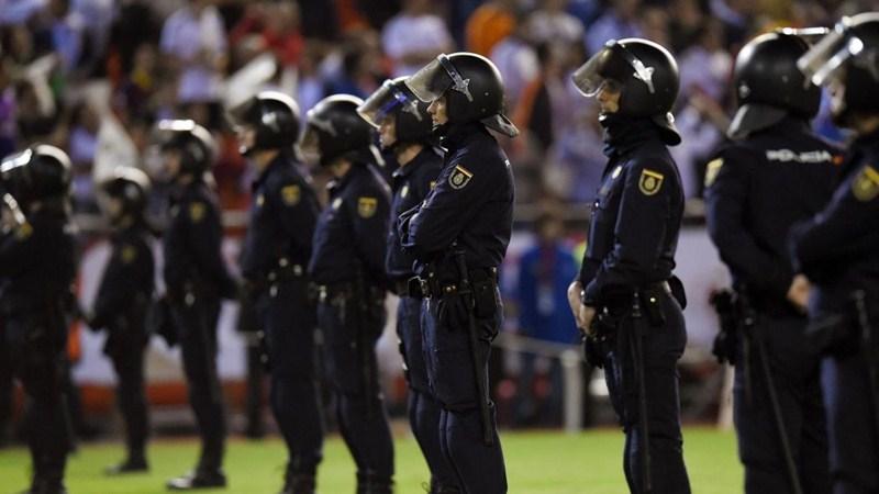 Un millar de policías y más de 1.400 vigilantes velarán por la seguridad del clásico del fútbol español. / EP