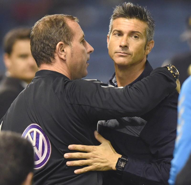 Martí se abraza a Fabián Rivero tras el partido. / SERGIO MÉNDEZ