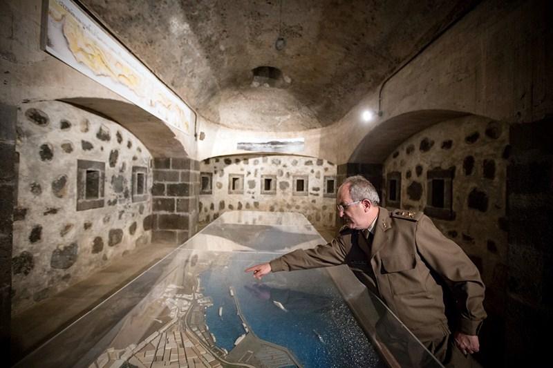 El general Alberto Ruiz de Oña, en una de las salas recuperadas como espacio expositivo y que está sepultada exteriormente. / ANDRÉS GUTIÉRREZ