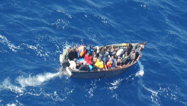 La imagen tomada por el avión de Salvamento revela la cifra aproximada de ocupantes de la patera. / SALVAMENTO