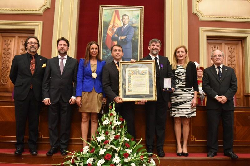 Las autoridades posan tras la entrega de la Medalla de Oro recogida por Carlos Castro Brunetto. / S. M.