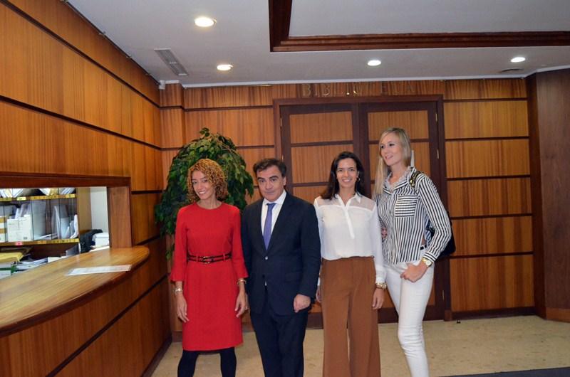 Parodi inscribió ayer su candidatura respaldado por Sandra Rodríguez, Natalia Domínguez y Noemí Melo. / DA