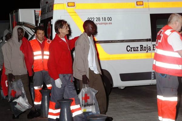 La Cruz Roja y la Policía Nacional haciéndose cargo de las personas rescatadas anoche de una patera. | GERARD ZENOU