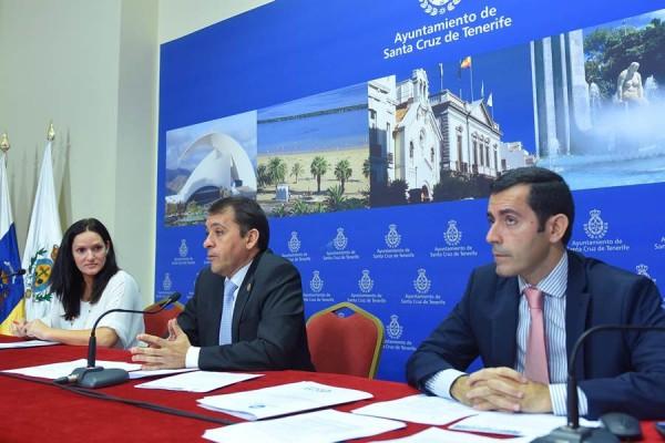 Zaida González, José Manuel Bermúdez y Juan José Martínez, ayer, durante la presentación de los presupuestos municipales para 2016. | S. MÉNDEZ