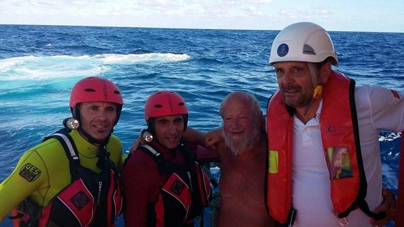La conocida imagen del rescate de La Palma con los dos operarios del GES, el rescatado y el de Salvamento. / DA