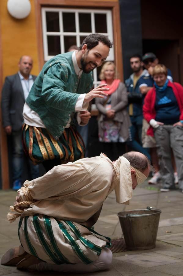 Burka Teatro y Néstor Verona son los organizadores de estas rutas teatralizadas en La Laguna. / FRAN PALLERO