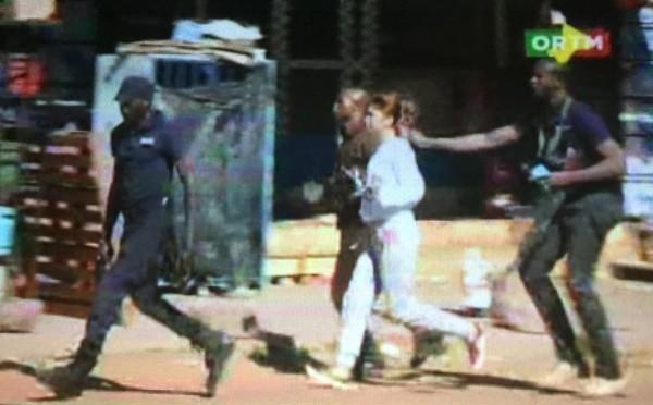 Una imagen de un vídeo donde se ve a una rehén siendo liberada por las fuerzas de Malí. | REUTERS