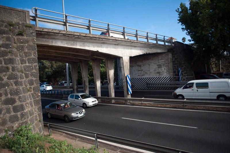 La ampliación del tercer carril en la autopista supone derribar el antiguo puente de Los Rodeos. / F. PALLERO