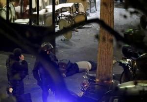 El cuerpo de una víctima en un café frenté a la sala de fiestas Bataclan.   REUTERS