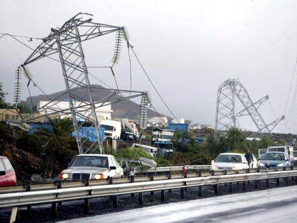 Torres eléctricas tiradas por la tormenta tropical Delta. | DA