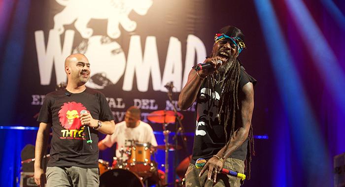 Los dos vocalistas de Asian Dub Foundation, uno de los grandes conciertos de la cita majorera. / Carlos de Saá