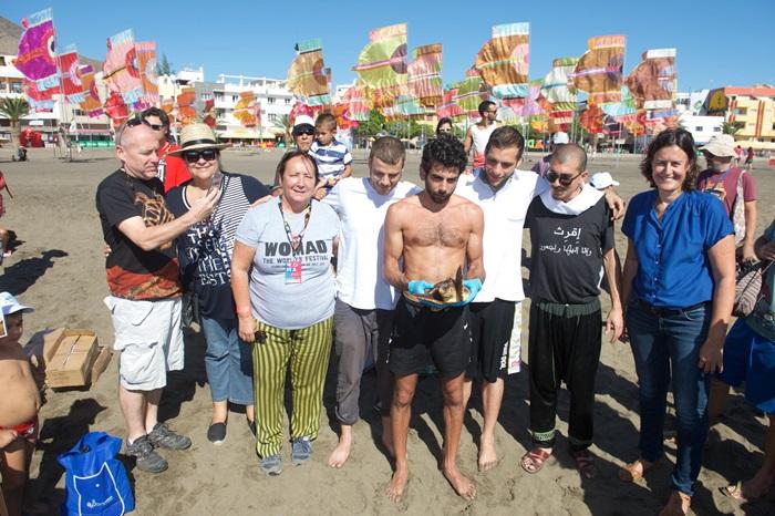 El sábado los miembros de 47 Soul asistieron a la suelta de una tortuga 'careta careta'. / Carlos de Saá