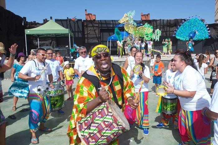 Cientos de niños y adultos participaron en un pasacalles lleno de ritmo y de color. / Carlos de Saá