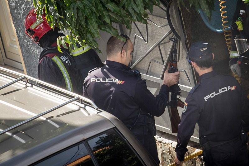 En la vivienda se encontró un AK47 simulado, varias armas y munición. / ANDRÉS GUTIÉRREZ