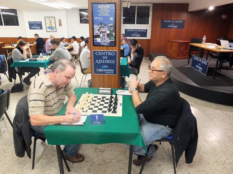 Fernando Hidalgo (i) perdió el liderato en la cuarta ronda ante el GM Bojan Kurajica. / J. L. F.