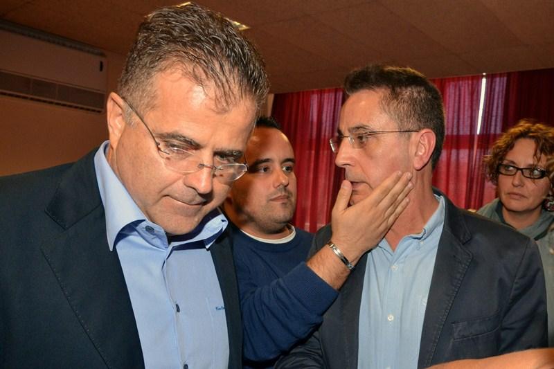 González Reverón (derecha), el día que dimitió como alcalde (12 noviembre 2012), junto a Antonio Sosa. / DA