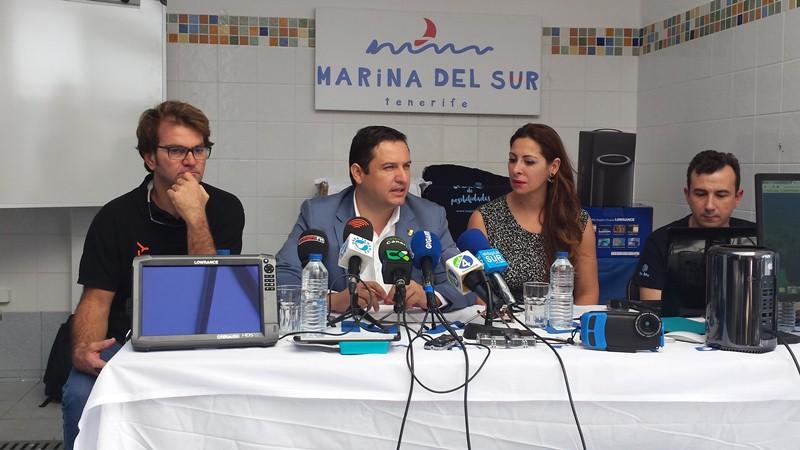 El alcalde (2i) y la concejal de Promoción Económica, ayer. / J. C. M.