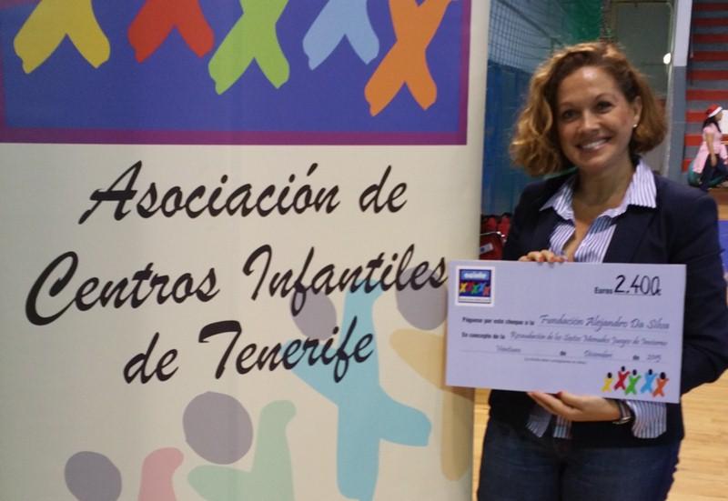 Luisa del Toro, presidenta insular de la fundación, recogió el cheque. / DA