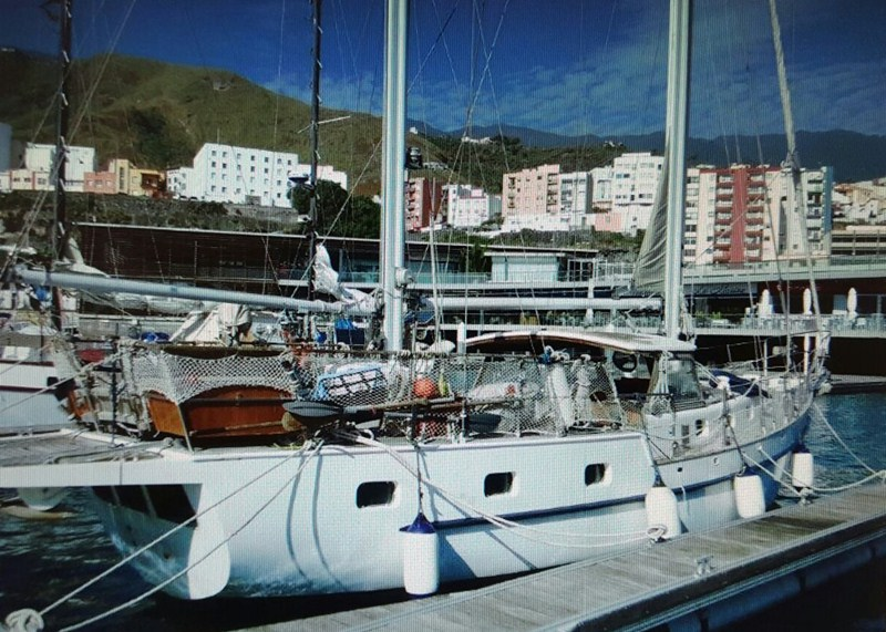 Imagen del velero interceptado y conducido a la Marina de Santa Cruz de La Palma. / DA