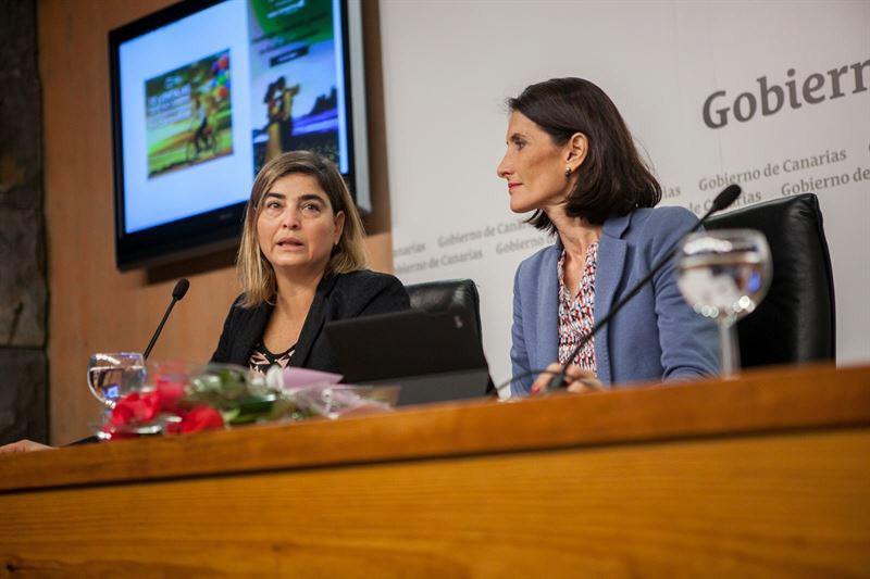 La consejera de Turismo, María Teresa Lorenzo (dcha.) junto a la gerente de Promotur, María Méndez. / DA
