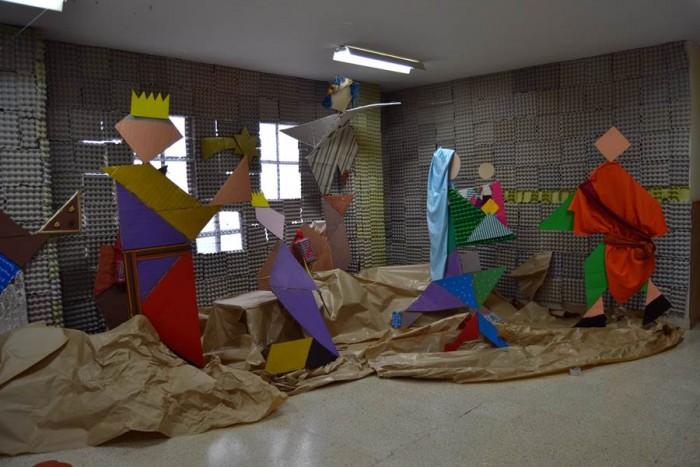 Toda la comunidad educativa se implicó en la construcción del belén, que se encuentra expuesto en la primera planta del centro. | DA