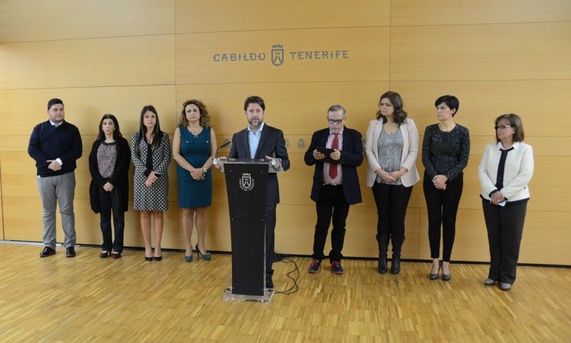 Alonso, junto a varios consejeros y directores insulares. / DA