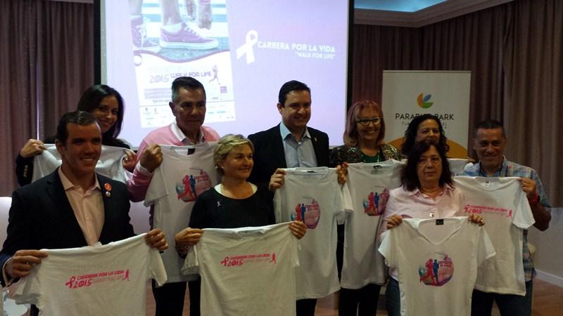 Alcaldes, organizadores y responsables de asociaciones posaron ayer con la camiseta alusiva a la acción del domingo. / J. C. M.