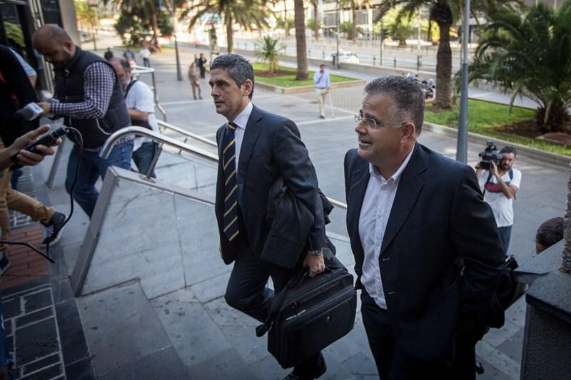 Antonio Sosa y su letrado, Manuel Freddy Santos, a la entrada del Palacio de Justicia. / ARTURO RODRÍGUEZ
