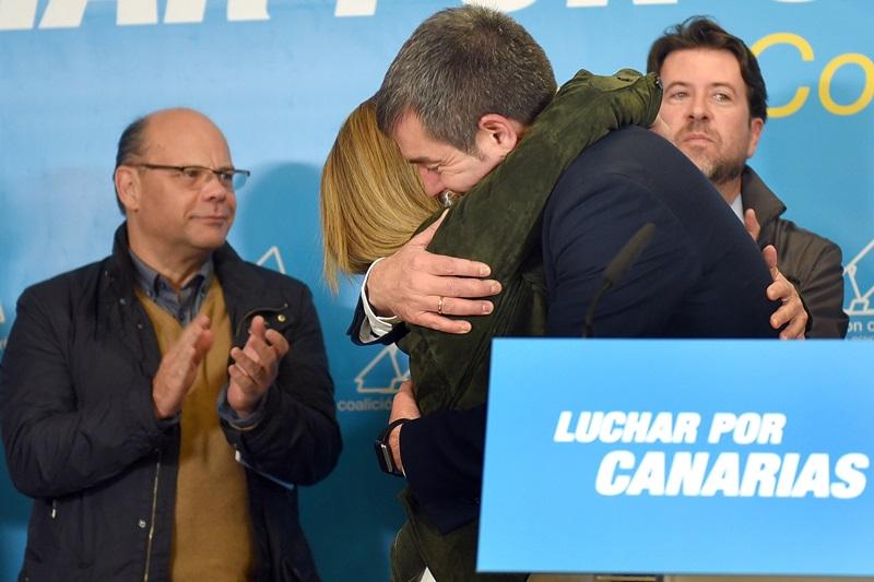 Ana Oramas y Fernando Clavijo se abrazaron tras la comparecencia. / S. M.