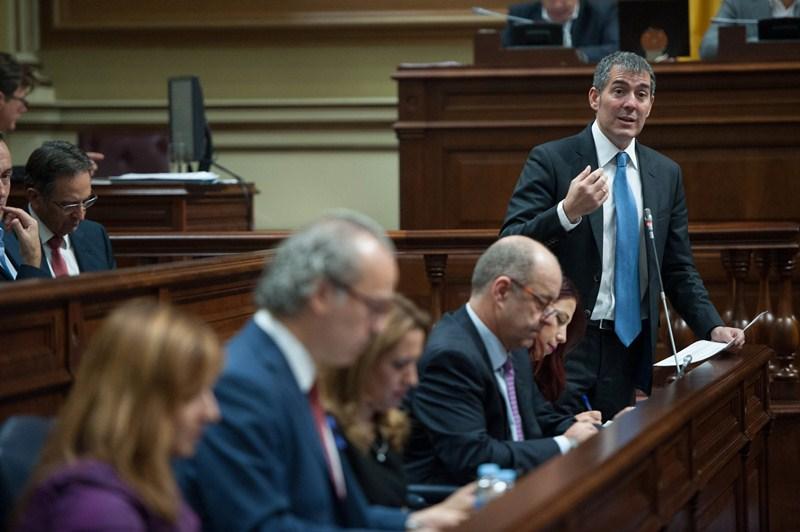 El presidente del Gobierno de Canarias, Fernando Clavijo, en la sesión parlamentaria de control. / FRAN PALLERO