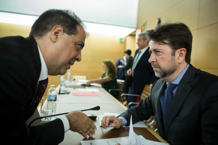 El presidente insular, Carlos Alonso, junto al director de Hacienda, Juan Carlos Pérez. | ANDRÉS GUTIÉRREZ