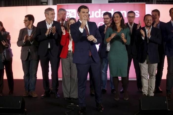 Albert Rivera y los suyos tras el discurso este 20D. | REUTERS