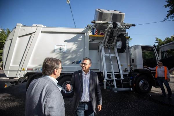 Dámaso Arteaga presentó ayer los dos nuevos vehículos híbridos para recogida de residuos. | ANDRÉS GUTIÉRREZ
