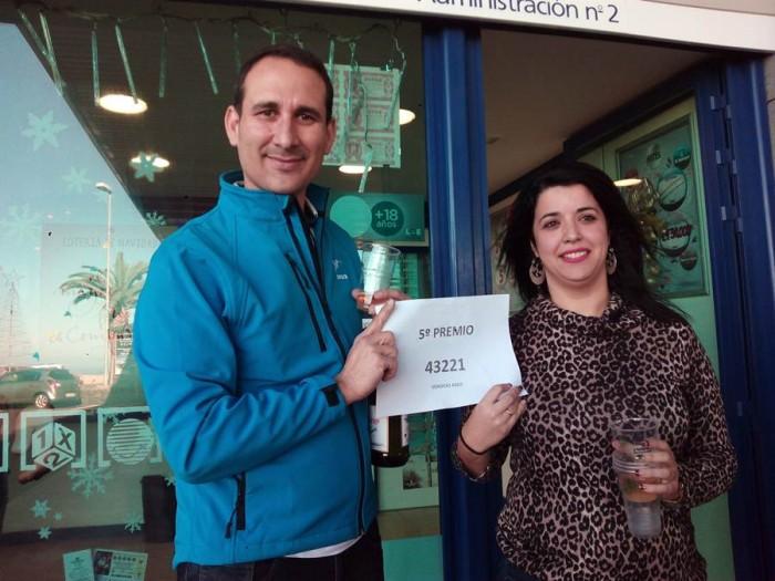 Daniel Rodríguez y Alexandra López muestran el número ganador. | DA