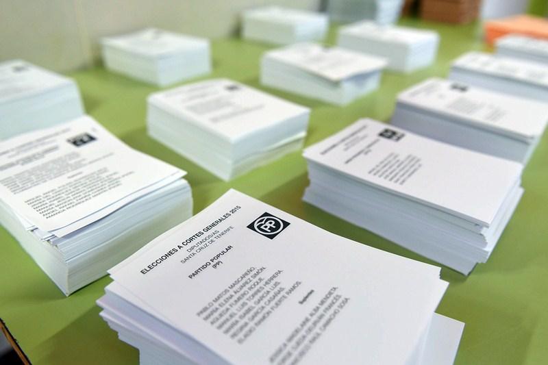En primer término papeletas del PP, partido que ganó en el global del Archipiélago, y cuatro de sus siete islas, el pasado domingo en las elecciones generales. / SERGIO MÉNDEZ