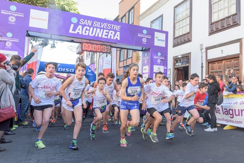Unos 330 niños y niñas despidieron el año corriendo por las calles del casco de Aguere, como preámbulo a la prueba de mayores. | DA