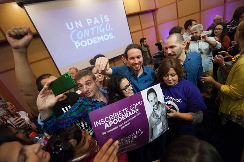 Pablo Iglesias se dio ayer un baño de popularidad en la Universidad de La Laguna. / FRAN PALLERO